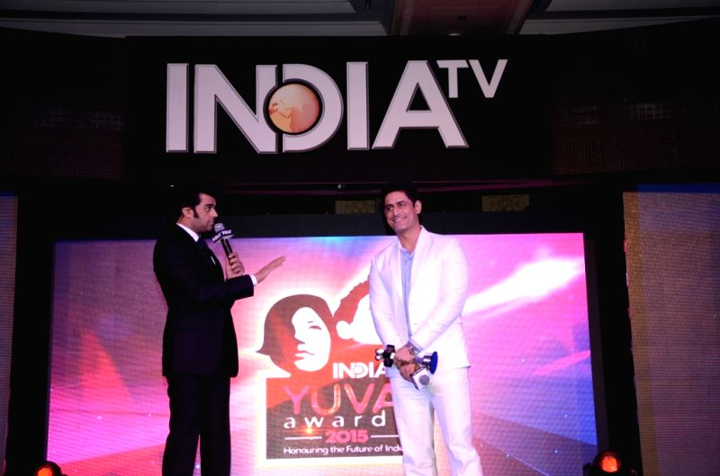 Host and actor Manish Paul with actor Mohit Raina during the `India TV Yuva Awards 2015` in New Delhi, on April 18, 2015. - Manish Paul