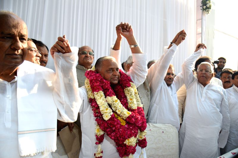 JD(S) leader H. D. Deve Gowda, SP chief Mulayam Singh, JD(U) leaders Sharad Yadav, RJD leader Lalu Yadav and others during a Janata Parivar meeting at SP chief Mulayam Singh's residence in ... - Mulayam Singh, Sharad Yadav and Lalu Yadav