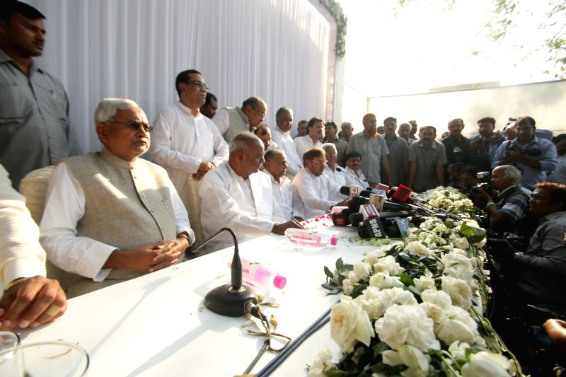 JD(U) leader Nitish Kumar, JD(S) leader H. D. Deve Gowda, SP chief Mulayam Singh, JD(U) chief Sharad Yadav, RJD chief Lalau Yadav and others during a press conference to announce the ... - Nitish Kumar, Mulayam Singh, Sharad Yadav and Lalau Yadav