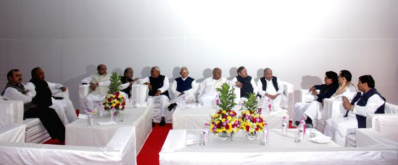 JD (U) leaders K C Tyagi, Nitish Kumar, RJD chief Lalu Yadav, JD(S) supremo H D Deve Gowda, JD (U) chief Sharad Yadav, Samajwadi Party chief Mulayam Singh Yadav and others during a meeting - Nitish Kumar, Lalu Yadav, Sharad Yadav and Mulayam Singh Yadav