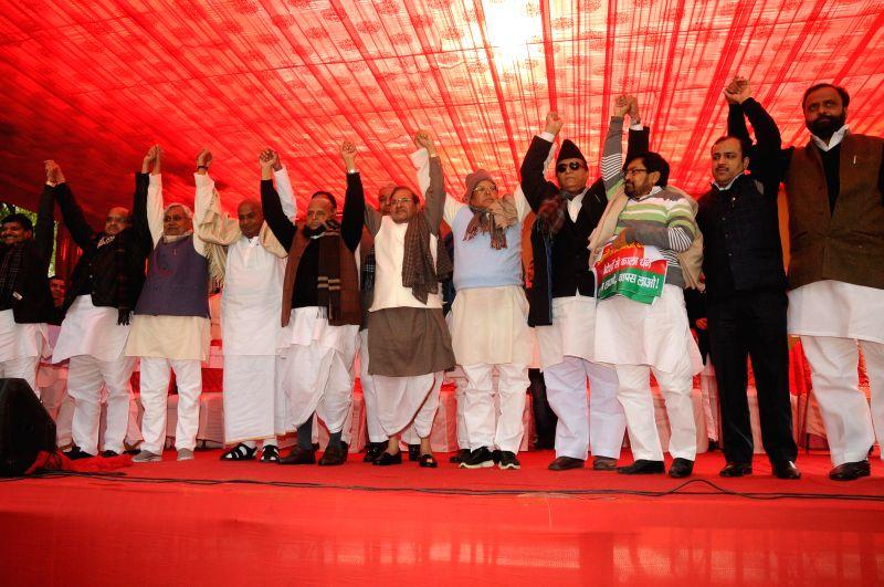 JD(U) leaders KC Tyagi, Nitish Kumar, Former Prime Minister and JD(S) supremo HD Deve Gowda, Samajwadi Party supremo Mulayam Singh Yadav, JD(U) chief Sharad Yadav, SP leader Azam Khan ... - Nitish Kumar, Mulayam Singh Yadav, Sharad Yadav and Azam Khan