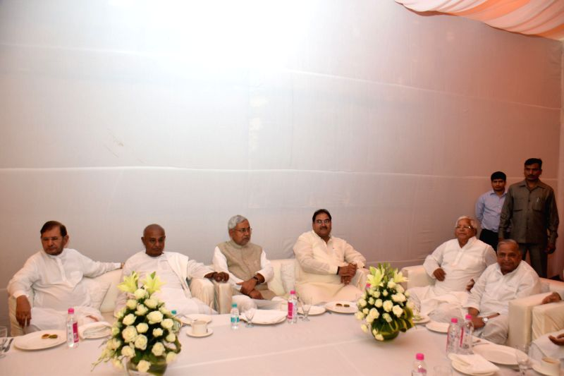 JD(U) leaders Sharad Yadav, Nitish Kumar, JD(S) leader H. D. Deve Gowda, RJD leader Lalu Yadav, SP chief Mulayam Singh and others during a Janata Parivar meeting at SP chief Mulayam ... - Sharad Yadav, Nitish Kumar, Lalu Yadav and Mulayam Singh