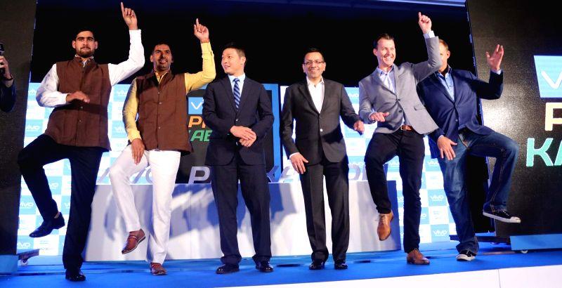 New Delhi: Kabaddi players Rahul Chaudhari, Anup Kumar, Vivo India CEO Kent Cheng, Star India MD Sanjay Gupta, former Australian cricketers Brett Lee and Matthew Hayden during a press ... - Anup Kumar and Sanjay Gupta