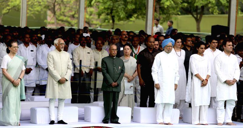 New Delhi: (L-R) Congress President Sonia Gandhi, Former Vice President Hamid Ansari, Former President Pranab Mukherjee, Former Prime Minister Manmohan Singh, Congress General Secretary Priyanka Gandhi Vadra, her children Miraya Vadra and Raihan Vadr