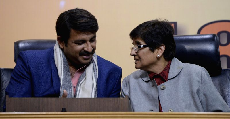 (L to R) BJP MP Manoj Tiwari and BJP`s Delhi chief ministerial candidate Kiran Bedi during a BJP press conference in New Delhi, on Feb 6, 2015. - Kiran Bedi