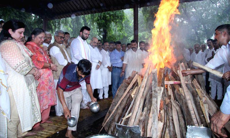 New Delhi: Last rites of former Finance Minister Arun Jaitley underway at Nigambodh Ghat in New Delhi on Aug 25, 2019.