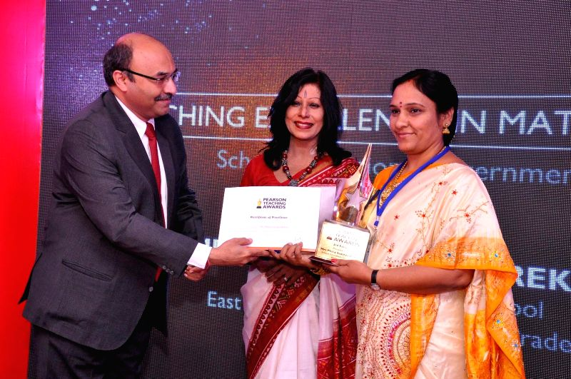 MD of Pearson India Deepak Mehrotra and Kathak Maestro Shovana Narayan felicitate a Pearson Teaching Award winner in New Delhi on Feb 12, 2015.