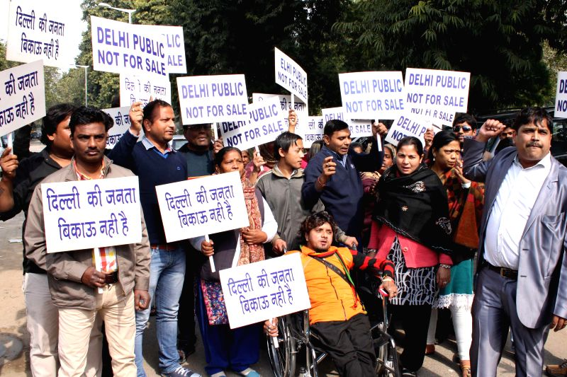 New Delhi : People protesting at AAP office in North Avenue against Arvind Kejriwal for calling Delhi people money seekers for votes, in New Delhi on Feb 01,2015.