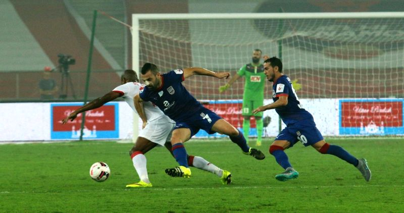 :New Delhi: Players in action during an ISL match between Delhi Dynamos and FC Goa in New Delhi on Nov. 6, 2015. . - Singh