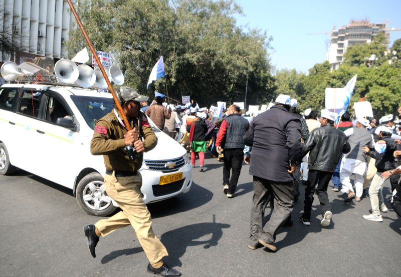: New Delhi: Police personnel cane charge Aam Aadmi Party workers protesting against the sealing drive and BJP government in New Delhi on Jan. 29, 2018. (Photo: IANS).