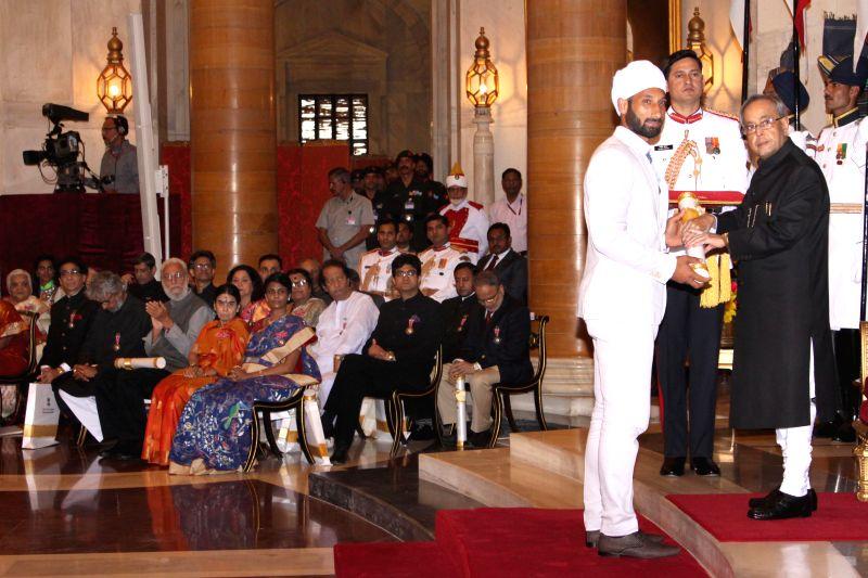 President Pranab Mukherjee confers the Padma Shri Award to Hockey player Sardar Singh, at a Civil Investiture Ceremony, at Rashtrapati Bhavan, in New Delhi on March 30, 2015. - Pranab Mukherjee and Sardar Singh