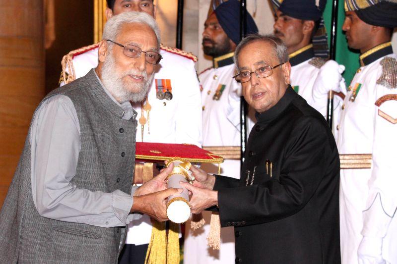 President Pranab Mukherjee confers the Padma Shri Award to filmmaker Naresh Bedi, at a Civil Investiture Ceremony, at Rashtrapati Bhavan, in New Delhi on March 30, 2015. - Pranab Mukherjee and Naresh Bedi