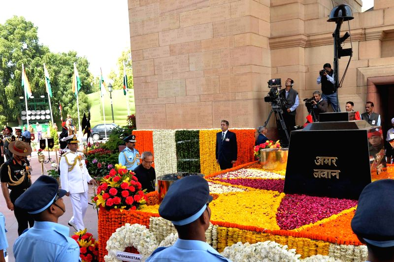 President Pranab Mukherjee lays wreath at the Amar Jawan Jyoti to commemorate the Centenary of World War –I, in New Delhi on March 9, 2015. Also seen the chief of Air Staff Air Chief ... - Pranab Mukherjee and Dalbir Singh