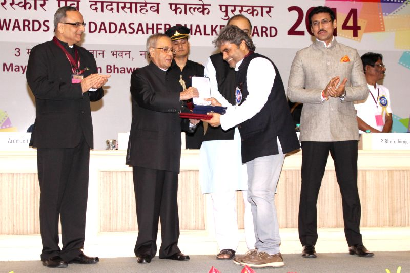 President Pranab Mukherjee presents best screenplay award to Vishal Bhardwaj at the 62nd National Film Awards ceremony organised at Vigyan Bhavan in New Delhi, on May 3, 2015. Also seen ... - Pranab Mukherjee, Vishal Bhardwaj, Arun Jaitley and Rajyavardhan Singh Rathore