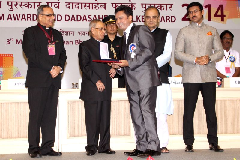 President Pranab Mukherjee presents best playback singer award to Sukhwinder Singh at the 62nd National Film Awards ceremony organised at Vigyan Bhavan in New Delhi, on May 3, 2015. Also ... - Pranab Mukherjee, Sukhwinder Singh, Arun Jaitley and Rajyavardhan Singh Rathore