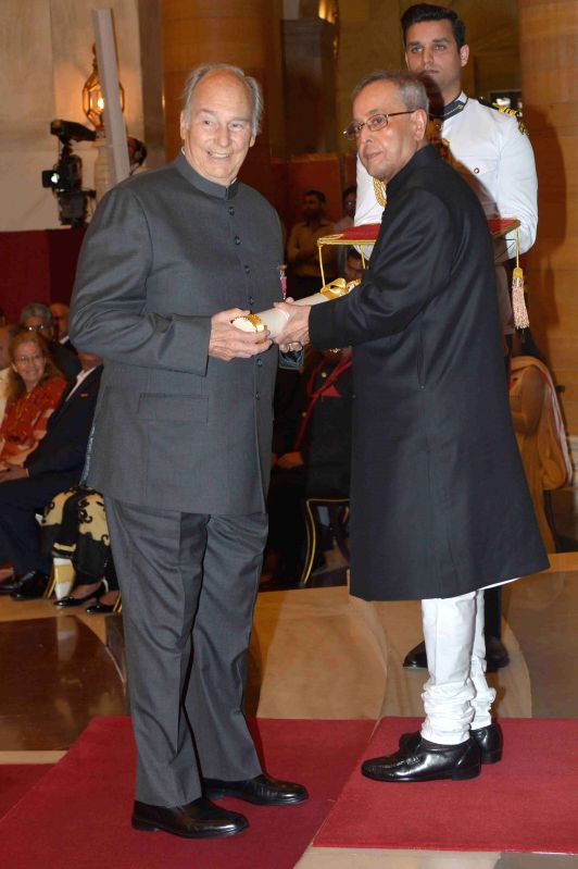 President Pranab Mukherjee presents the Padma Vibhushan Award to His Highness Prince Karim Aga Khan during a Civil Investiture Ceremony organised at the Rashtrapati Bhavan in New Delhi on ... - Pranab Mukherjee