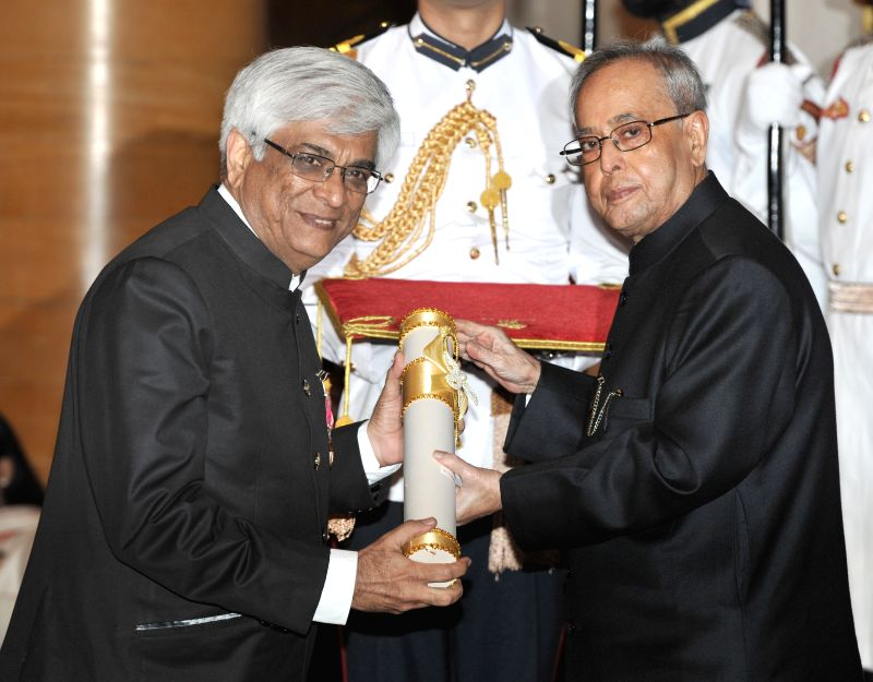 President Pranab Mukherjee presents the Padma Shri Award to Dr. Yogesh Chawla, at a Civil Investiture Ceremony, at Rashtrapati Bhavan, in New Delhi on April 8, 2015. - Pranab Mukherjee