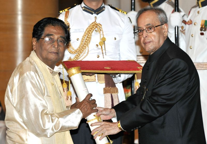 President Pranab Mukherjee presents the Padma Shri Award to Prof. (Dr.) Lakshmi Nandan Bora, at a Civil Investiture Ceremony, at Rashtrapati Bhavan, in New Delhi on April 8, 2015. - Pranab Mukherjee