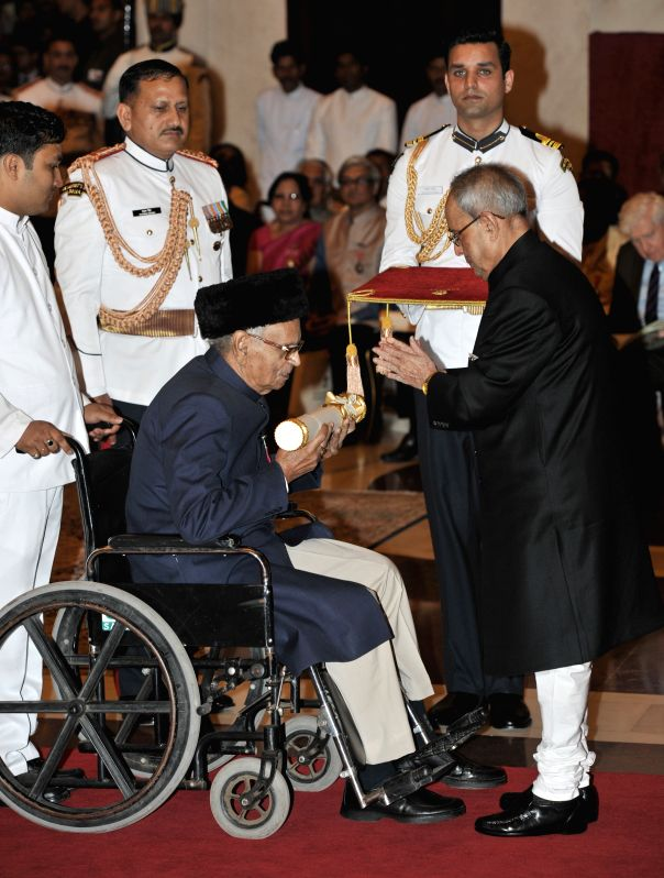 President Pranab Mukherjee presents the Padma Shri Award to Manu Sharma, at a Civil Investiture Ceremony, at Rashtrapati Bhavan, in New Delhi on April 8, 2015. - Pranab Mukherjee