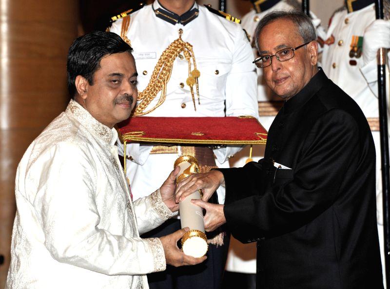 President Pranab Mukherjee presents the Padma Shri Award to Shekhar Sen, at a Civil Investiture Ceremony, at Rashtrapati Bhavan, in New Delhi on April 8, 2015. - Pranab Mukherjee
