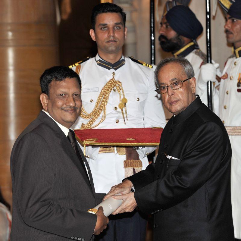 President Pranab Mukherjee presents the Padma Shri Award to Dr. S.K. Shivakumar, at a Civil Investiture Ceremony, at Rashtrapati Bhavan, in New Delhi on April 8, 2015. - Pranab Mukherjee