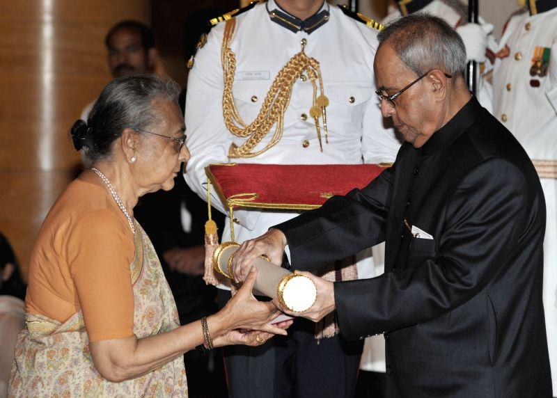 President Pranab Mukherjee presents the Padma Shri Award to Uma Vasudevan, wife of Shri Rangarajan Vasudevan (Posthumous), at a Civil Investiture Ceremony, at Rashtrapati Bhavan, in New ... - Pranab Mukherjee