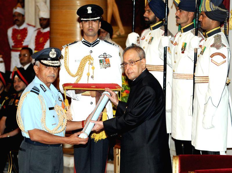 President Pranab Mukherjee presents the Param Vishisht Seva Medal at the Defence Investiture Ceremony–II, at Rashtrapati Bhavan, in NewDelhi on April 26, 2015. - Pranab Mukherjee