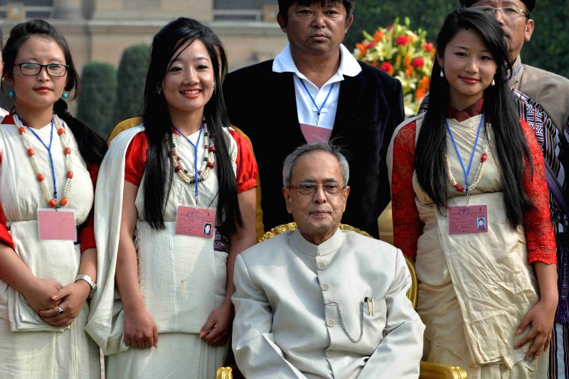 President Pranab Mukherjee with tableaux artists who participated in the Republic Day Parade, at Rashtrapati Bhavan on Jan. 27, 2015.