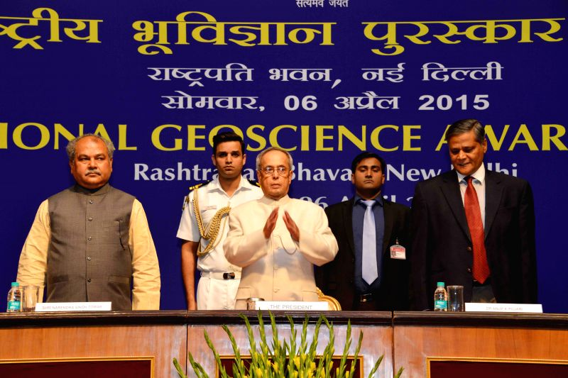 President Pranab Mukherjee with the Union Minister for Mines and Steel Narendra Singh Tomar at the presentation of the National Geoscience Awards 2013, at Rashtrapati Bhavan, in New Delhi ... - Pranab Mukherjee and Narendra Singh Tomar