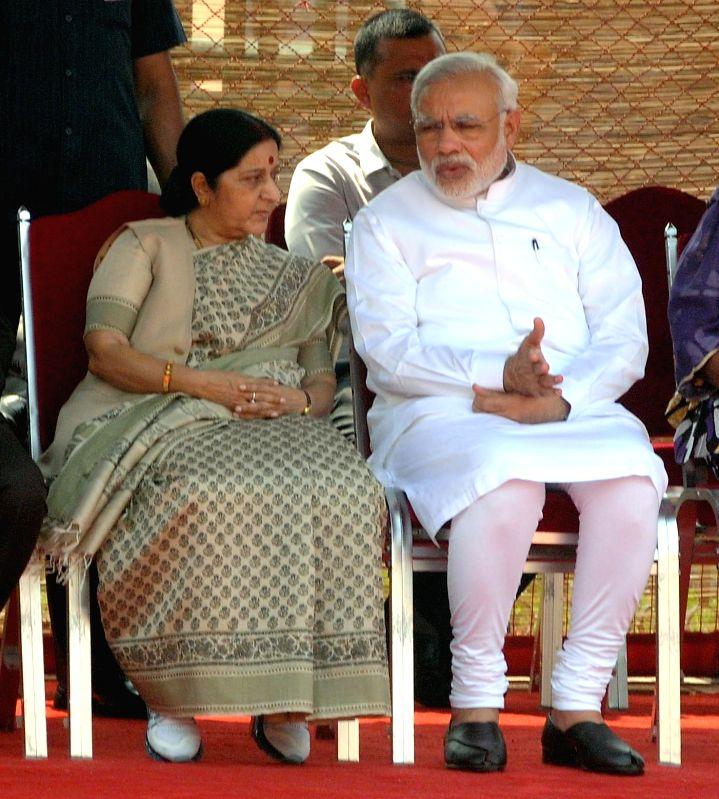 Prime Minister Narendra Modi interacts with External Affairs Minister Sushma Swaraj during the ceremonial reception, at Rashtrapati Bhavan, in New Delhi on June 19, 2015. - Narendra Modi