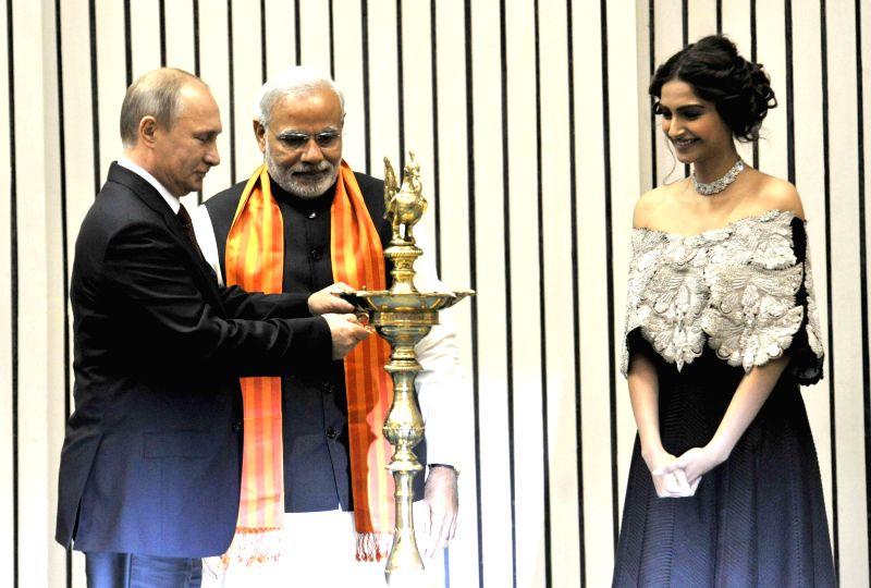 Prime Minister Narendra Modi, the President of Russian Federation, Vladimir Putin and actress Sonam Kapoor at the inauguration of the `World Diamond Conference`, in New Delhi on Dec 11, ... - Narendra Modi and Sonam Kapoor
