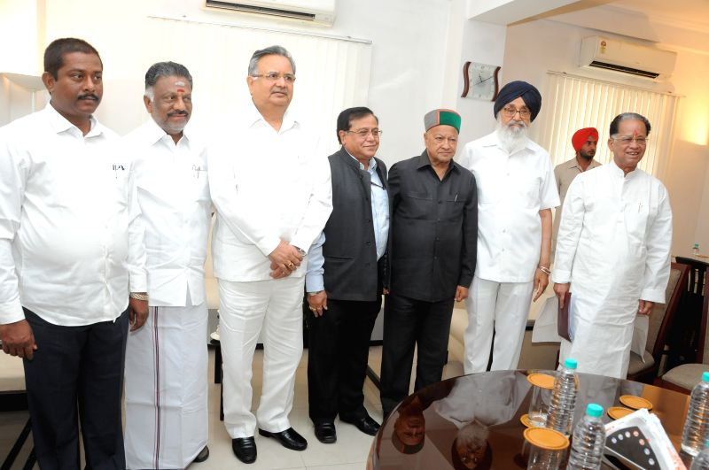Punjab Chief Minister Parkash Singh Badal with Himachal Pradesh Chief Minister Virbhadra Singh in New Delhi, on April 25, 2015. - Parkash Singh Badal and Virbhadra Singh