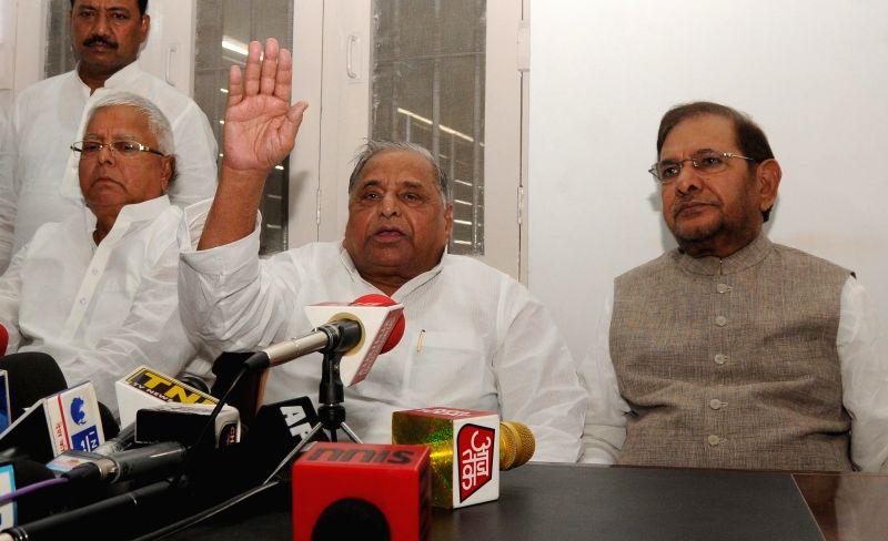 RJD supremo Lalu Prasad Yadav, Samajwadi Party (SP) supremo Mulayam Singh Yadav and JD (U) chief Sharad Pawar during a press conference in New Delhi on June 8, 2015. - Lalu Prasad Yadav and Mulayam Singh Yadav