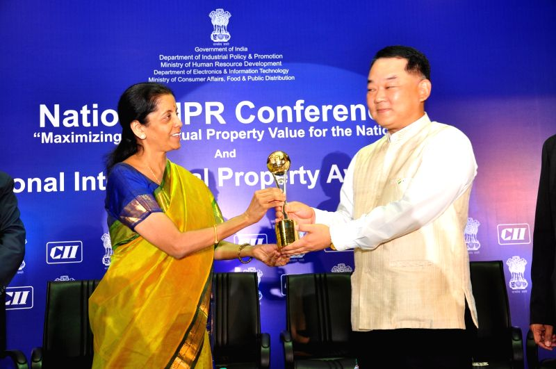 Samsung India Senior Vice President Hyun Woo Bang receives  the National Intellectual Property Award 2015 from Union MoS  Commerce and Industry Nirmala Sitharaman in New Delhi on April 24, ...
