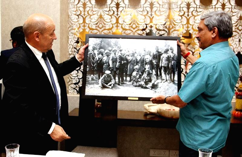 The French Defence Minister, Jean-Yves Le Drian presents a memento depicting brave Indian soldiers who participated in World War-I, to Union Minister for Defence Manohar Parrikar, in New ..