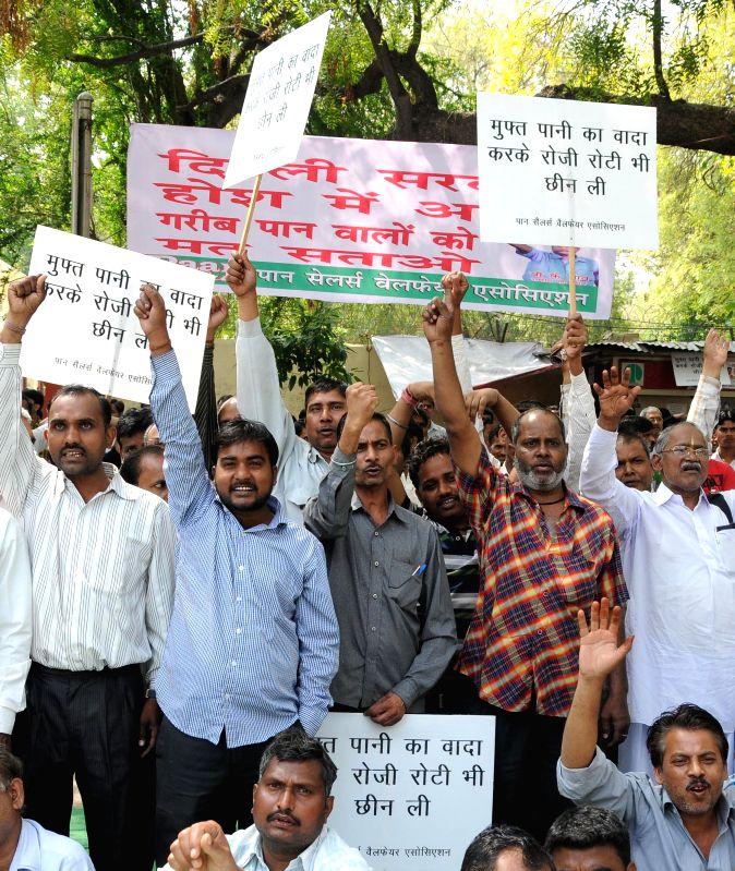 The members of Pan Sale Welfare Association stage a demonstration against Arvind Kejriwal led Delhi Government at Jantar Mantar in New Delhi, on April 7, 2015. - Arvind Kejriwal