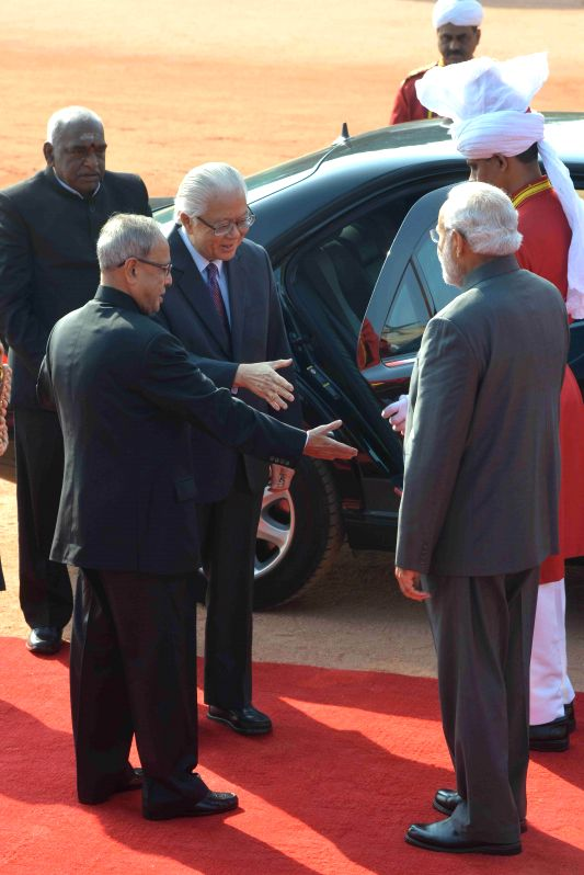 The President of the Republic of Singapore Dr. Tony Tan Keng Yam being welcomed by the President Pranab Mukherjee and the Prime Minister Narendra Modi on his arrival at the Rashtrapati ... - Narendra Modi and Pranab Mukherjee