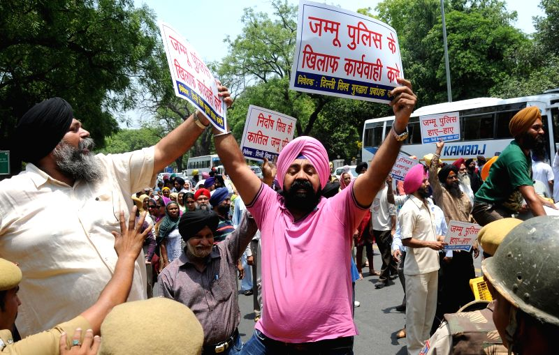 The workers of Shiromani Akali Dal (Badal) stage a demonstration to demand resignation of Congress chief Sonia Gandhi and arrest of Jagdish Tytler in New Delhi on June 5, 2015. - Sonia Gandhi