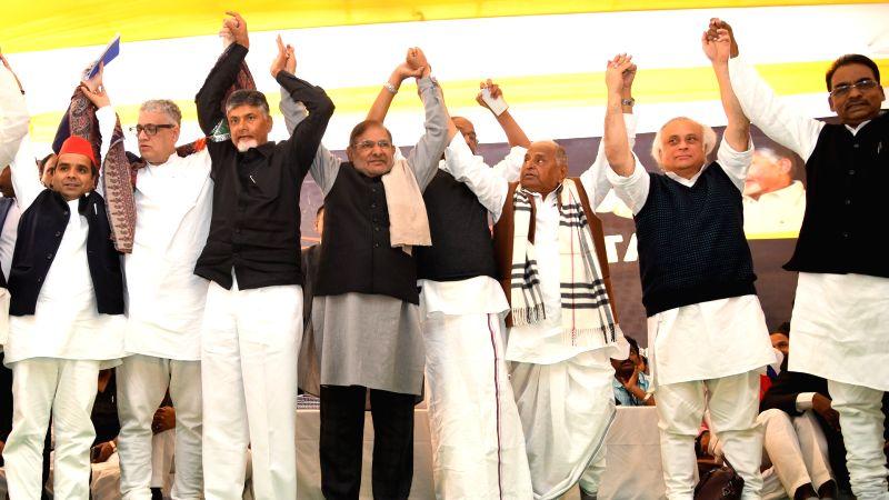New Delhi: Trinamool Congress MP Derek O'Brien, Samajwadi Party patriarch Mulayam Singh Yadav, Loktantrik Janata Dal (LJD) leader Sharad Yadav and Congress leader Jairam Ramesh with Andhra Pradesh Chief Minister N. Chandrababu Naidu, who began a 12-h