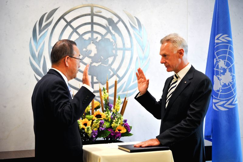 Peter Thomas Drennan (R), UN Under-Secretary-General for the Department of Safety and Security, takes an oath in front of UN Secretary-General Ban Ki-moon, during a