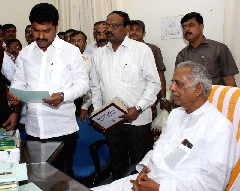 Newly elected Shikarpur legislator B. Y. Raghavendra takes oath in presence of Speaker Kagodu Thimmappa at Vidhana Soudha in Bangalore on Aug 28, 2014. - Kagodu Thimmappa