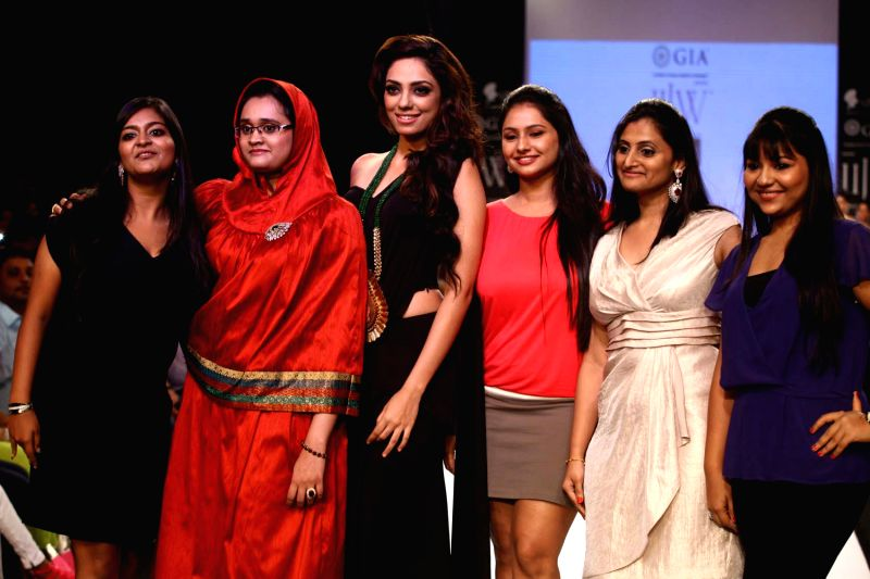 Nikhar Bansal, Rashida Goryawala, Lohita Shetty, Gauri Kompalli, Anuja Choudhry and Miss India Earth Sobhita Dhulipala walks the ramp displaying jewellery during the Derewala IIGJ show at the India .. - Lohita Shetty