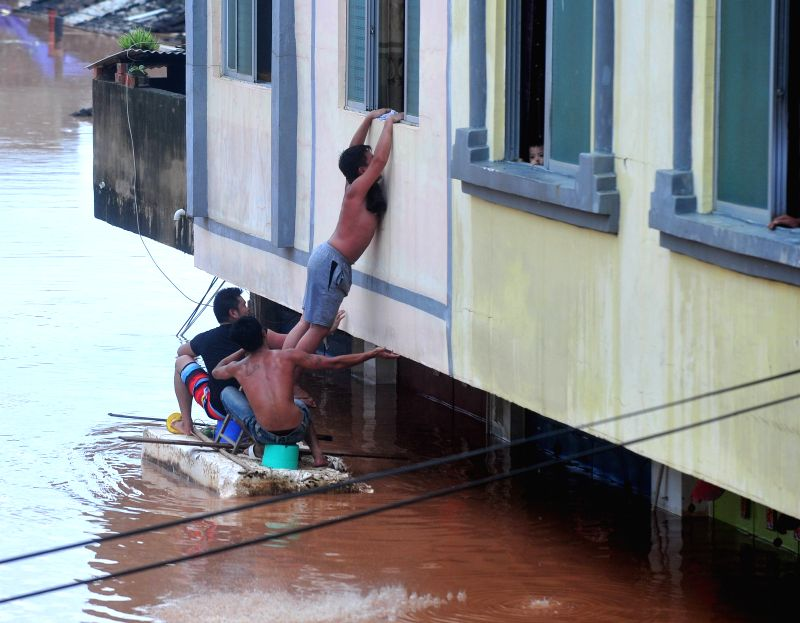 Residents are evacuated to a safe place after landfall of the typhoon Rammasun in Ningming County, south China's Guangxi Zhuang Autonomous Region, July 21, 2014.