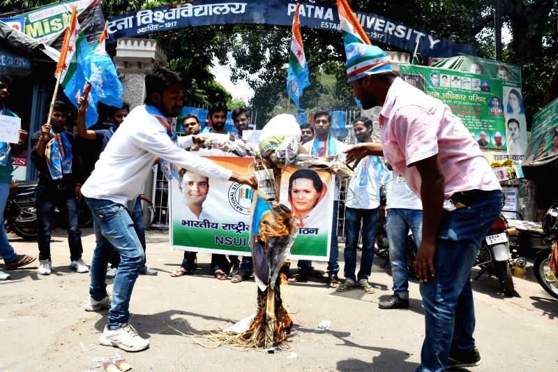 """NSUI activists stage a demonstration after an Army soldier and a BSF trooper were killed and """"mutilated"""" on the LoC in Jammu and Kashmir by Pakistani forces, in Patna on May 4, 2017."""
