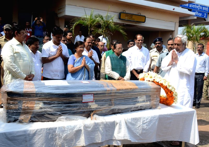 Odisha Chief Minister Naveen Patnaik pays floral tributes to the departed Bureaucrat-turned-politician Pyari Mohan Mohapatra at Biju Patnaik International Airport in Bhubaneswar on March ... - Naveen Patnaik