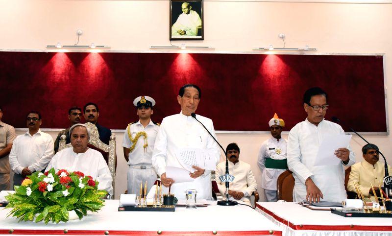 Odisha Governor S.C. Jamir administers oath of office to newly appointed minister Prafulla Kumar Mallik at Raj Bhavan in Bhubaneswar, on May 7, 2017. (Photo : IANS) - Prafulla Kumar Mallik