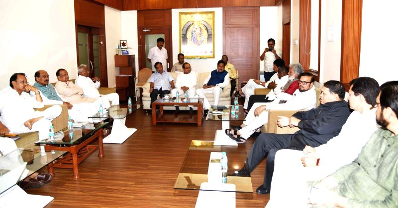 Opposition party leaders Narayan Rane, Radhakrishna Vikhe Patil, Manikrao Thackeray, Prithviraj Chawan,  Sunil Tatkare, Ajit Pawar, Dhananjay Munde and Dilip Valse Patil during all party ... - Radhakrishna Vikhe Patil and Dilip Valse Patil