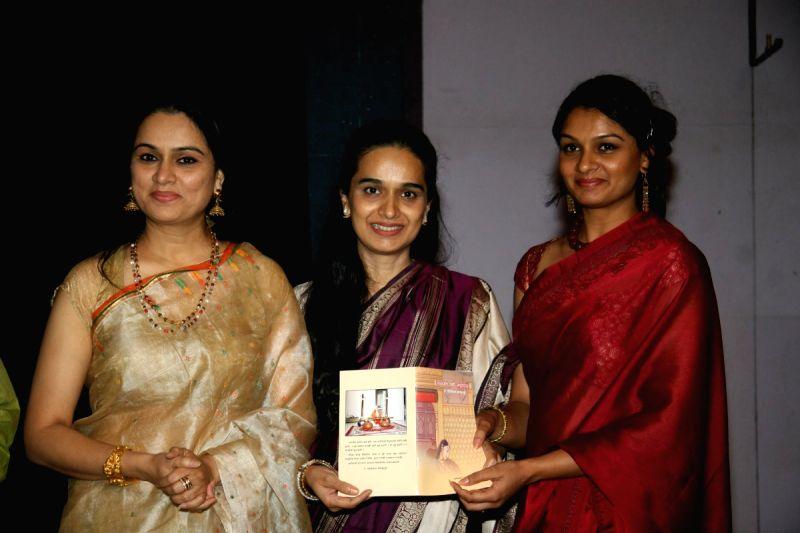 Photos Tejaswini Kolhapure Padmini Kolhapure And Shivangi At The