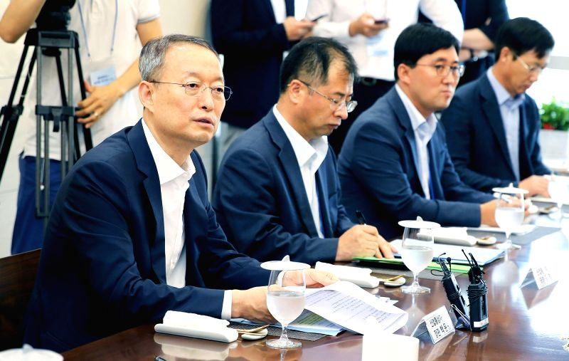 Paik Un-gyu (L), minister of trade, industry and energy, meets with officials of the Samsung Electronics Co. factory in Pyeongtaek, Gyeonggi Province, on July 30, 2018, in this photo ...