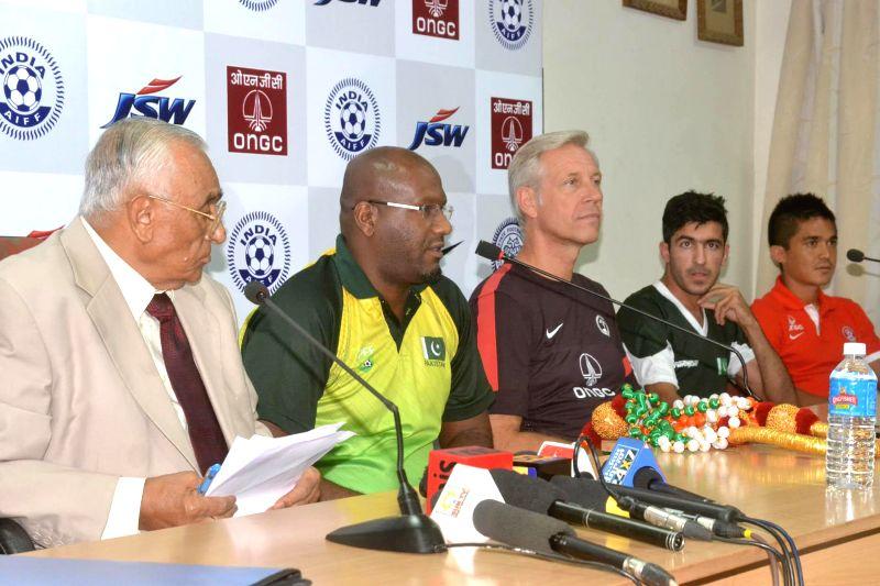 Pakistan Coach Mohammad Shamlan addressing with AR Khaleel, President, Bangalore Football Association, Indian Coach Wilhelmus Jacobus Kovermans, Pakistan Captain Kaleemullah and Indian Captain Sunil . - Kaleemullah